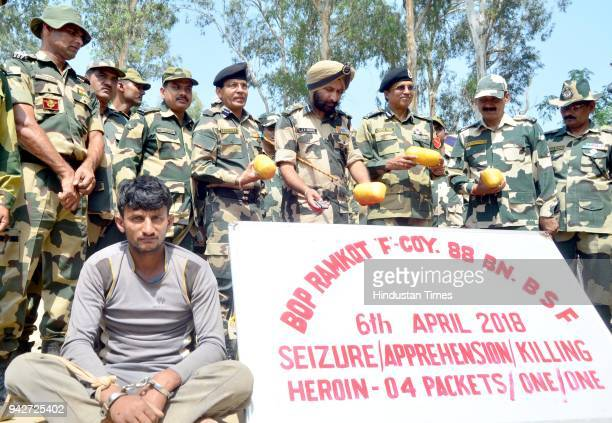Mukul Goel BSF DIG JS Oberoi BSF commandant Sudeep and others show an alleged Pakistani smuggler who was apprehended along with recovery of 04...