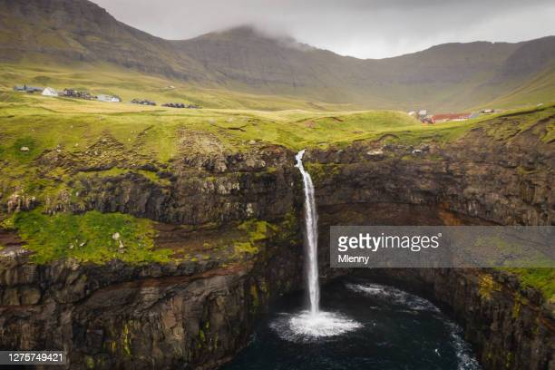 cascada de mulafossur y gasadalur village islas feroe dinamarca - islas faroe fotografías e imágenes de stock