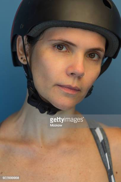 mulher adulta com capacete e equipamento esportivo - equipamento stock pictures, royalty-free photos & images