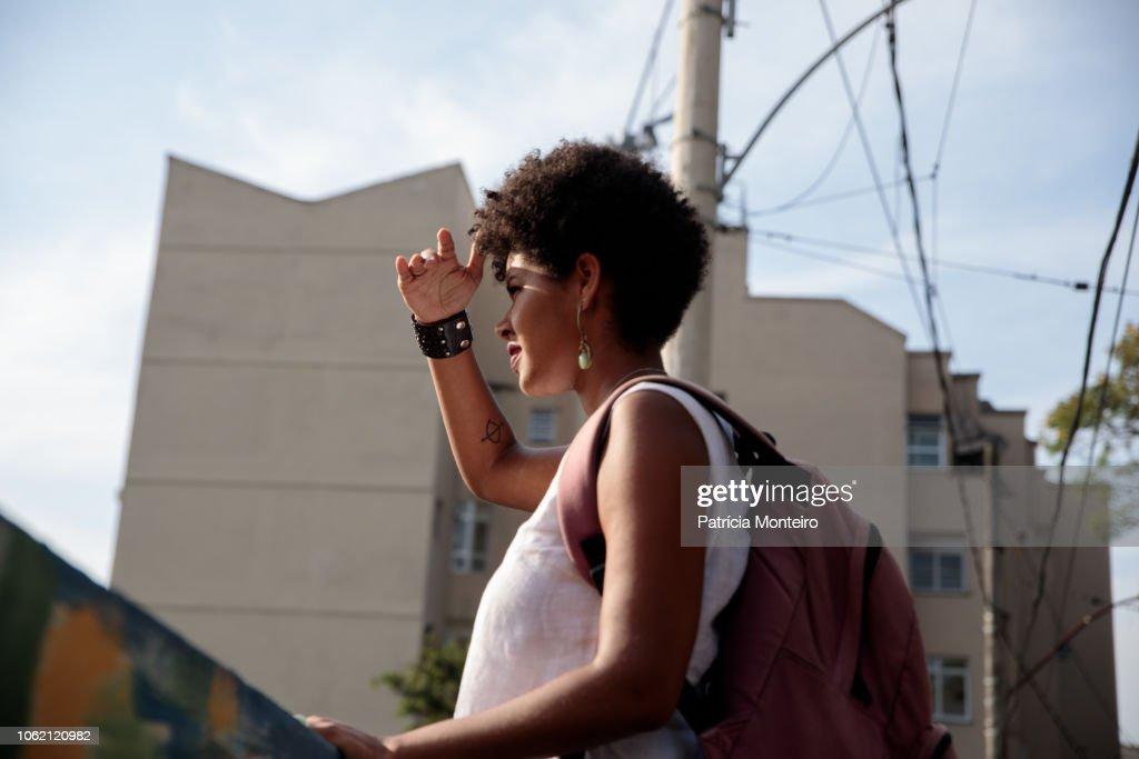Woman looks at the horizon : Stockfoto