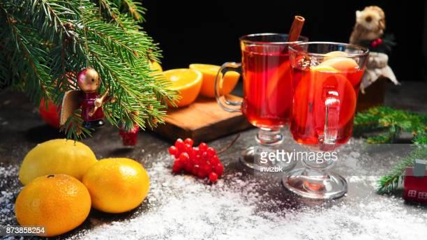 Vin chaud sur la table de Noël