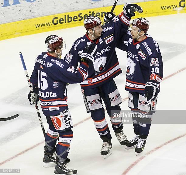 TJ Mulock Florian Busch Darin Olver Jubel Freude Emotion nach Tor zum 30 EHC Eisbaeren Eisbären Berlin Straubing Tigers Sport Eishockey DEL O2World...