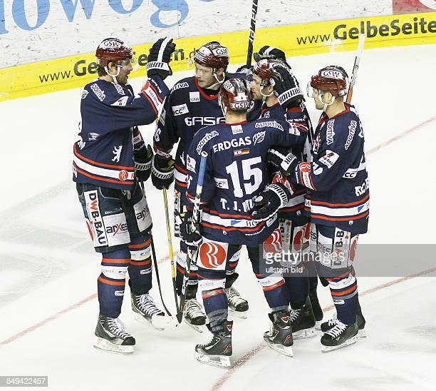 TJ Mulock Florian Busch Darin Olver Richie Regehr Jubel Freude Emotion nach Tor zum 30 EHC Eisbaeren Eisbären Berlin Straubing Tigers Sport Eishockey...
