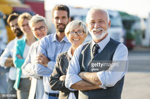 multi im alter von corporate-team. - in einer reihe stock-fotos und bilder