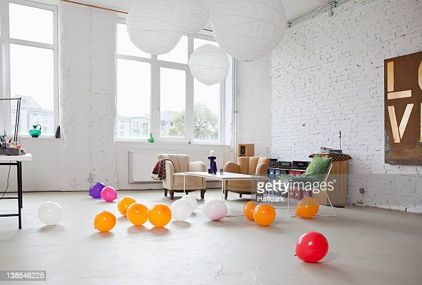 multi colored balloons on the floor of a modern living room - party stock-fotos und bilder