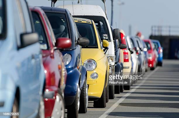 Colorido fila de automóviles en un estacionamiento sin servicio de valet