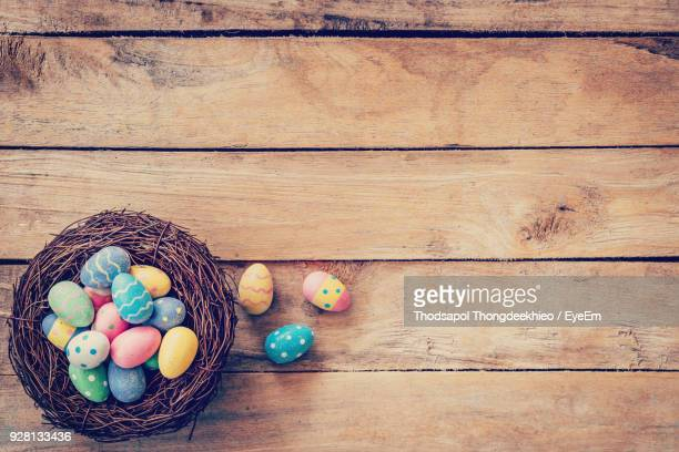 multi colored easter eggs on table - pasqua foto e immagini stock