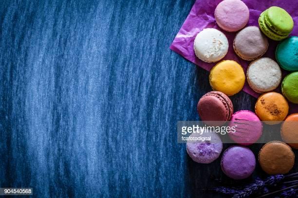 Multi color almendrados filmada desde arriba en la tabla azul