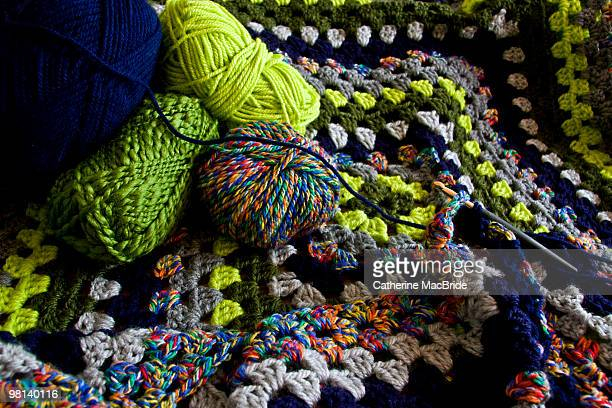 multi coloured crochet blanket in progress - catherine macbride stock pictures, royalty-free photos & images