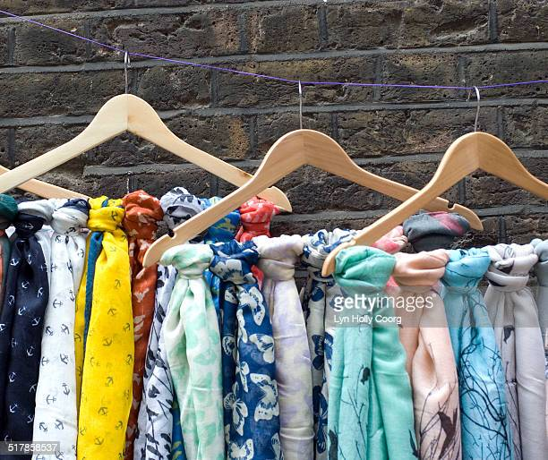 multi coloured scarves for sale on hangers - lyn holly coorg stock-fotos und bilder