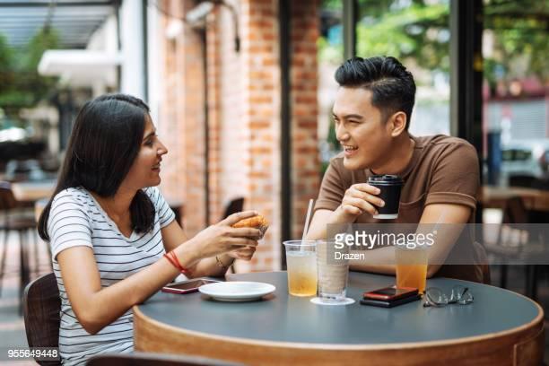 multi etnische paar samen ontbijten - koffie drank stockfoto's en -beelden