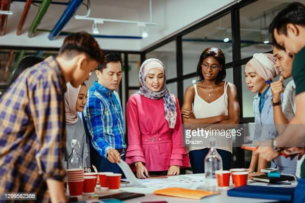 multi etnisch divers business team in kantoor, teamwork op nieuwe post-covid project - zuidoost aziatische etniciteit stockfoto's en -beelden