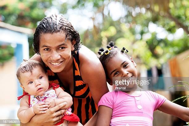 multi étnica retrato de família - com fome - fotografias e filmes do acervo