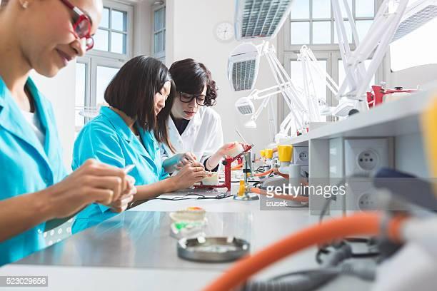 Multi ethnischen weibliche Studenten lernen prothetische Zahnheilkunde