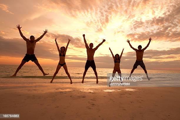 Multi étnica amigos divirtiéndose en la playa