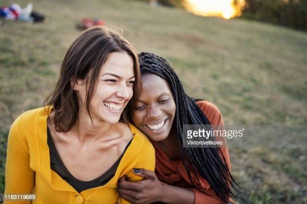 multi etnische vriendschap - lesbische stockfoto's en -beelden