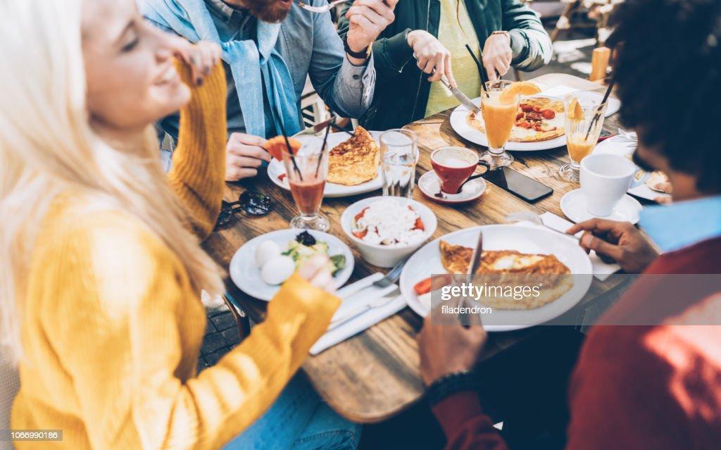 Multi ethnischen Gruppe von Freunden in einem Restaurant Essen : Stock-Foto