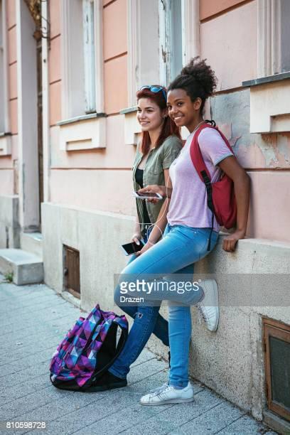 Multi-ethnische Gruppe der Schülerinnen und Schüler auf dem Weg zur Schule