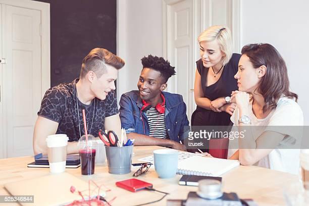 Multi ethnischen eine Gruppe von Studenten, die gemeinsam