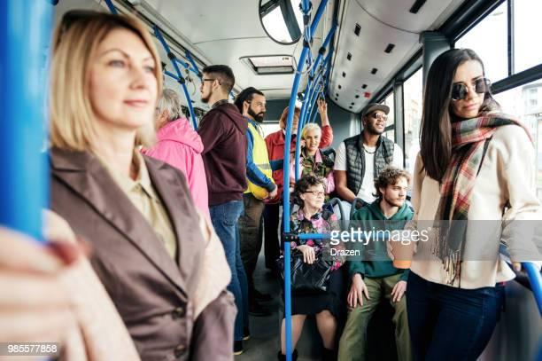 Multi-etnische mensen in de stadsbus