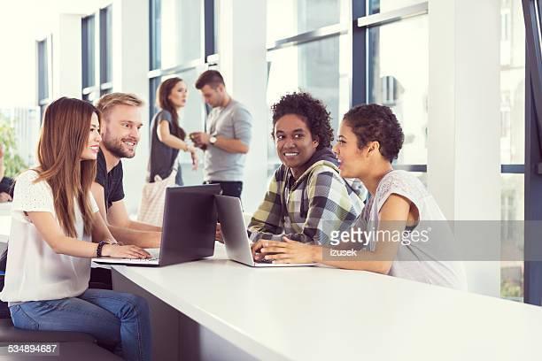 Multi ethnischen Studenten, die gemeinsam am Laptop auf university
