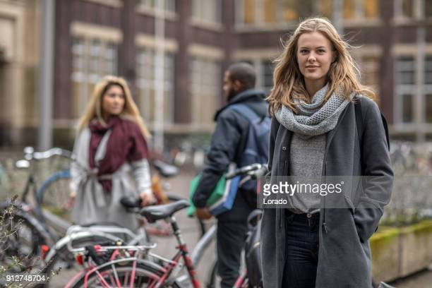 multi-etnische universitaire studenten gonna klassen in nederland - studerende stockfoto's en -beelden