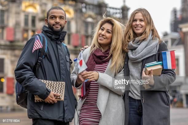 オランダの言語クラスに行く多民族大学生 - 言語 ストックフォトと画像