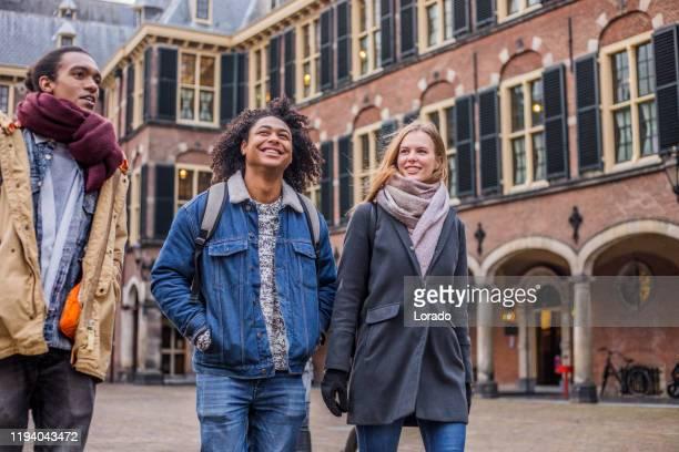 étudiants universitaires multiethniques - la haye photos et images de collection