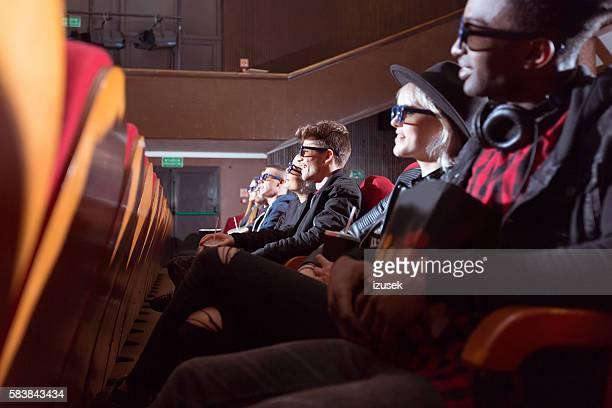 pareja joven multiétnica en el cine 3d - izusek fotografías e imágenes de stock