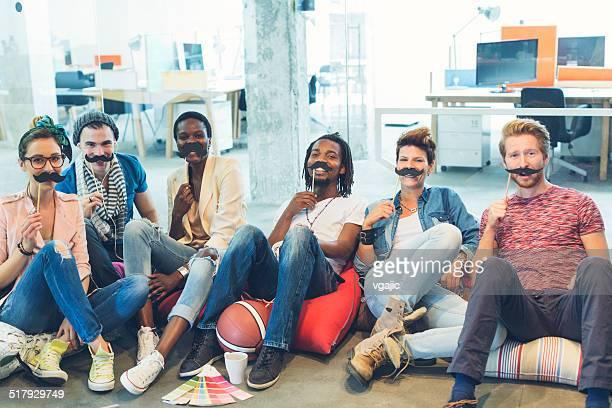 multi ethnich grupo de jovens designers envolvidos no movember projeto. - bigode - fotografias e filmes do acervo