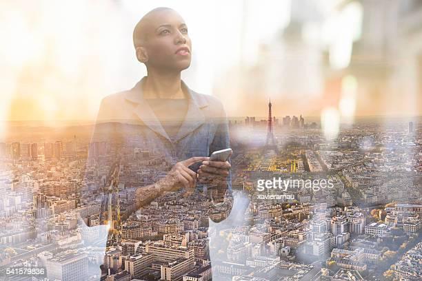 Multi-Strahlung Bild Frau benutzt Smartphone in Paris