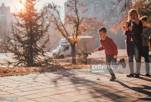 famille de génération multi s'amuser à l'extérieur - serbie photos et images de collection