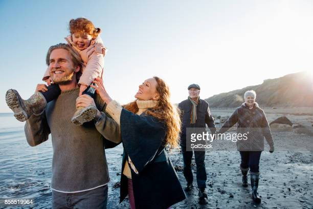 Multi-generatie familie wandelen langs de kust