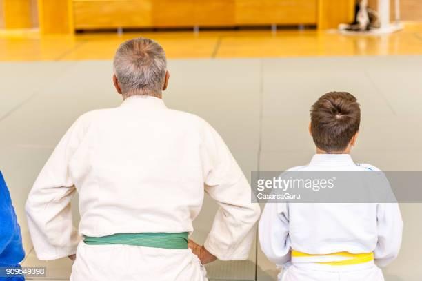 multi generation group of people starting with judo training - artes marciais imagens e fotografias de stock