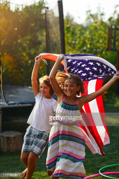 multi generations family celebrating 4th of july - independence day foto e immagini stock