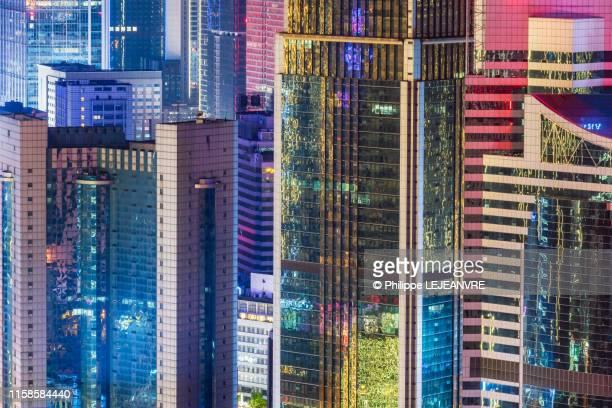 multicolor skyscrapers illuminated at night in chengdu - fluorescerende stockfoto's en -beelden