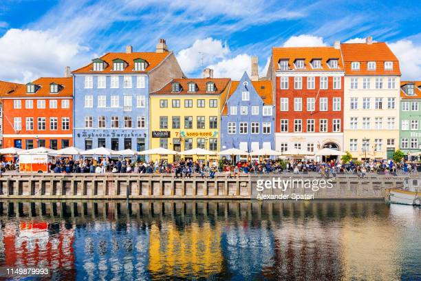 multicolored houses along the canal in nyhavn harbor, copenhagen, denmark - copenhague photos et images de collection