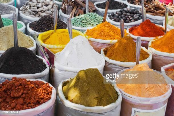 multi-colored indian spices in buckets - organismo vivo fotografías e imágenes de stock