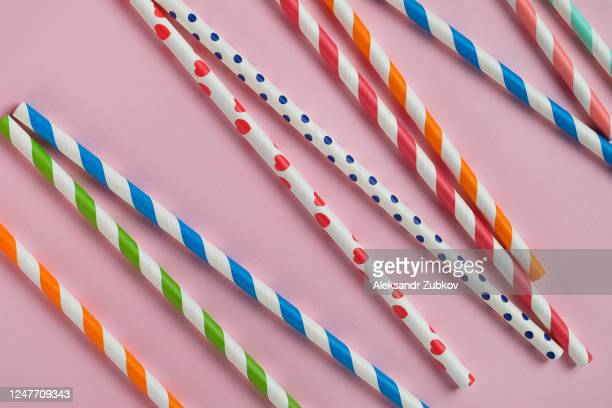 multi-colored, reusable, paper, striped straws for drinking juice or cocktail on a pastel background. - 西シベリア ストックフォトと画像