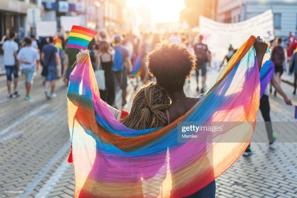 ソフィアのプライドフェスティバルで歩く多文化女性カップル : ストックフォト