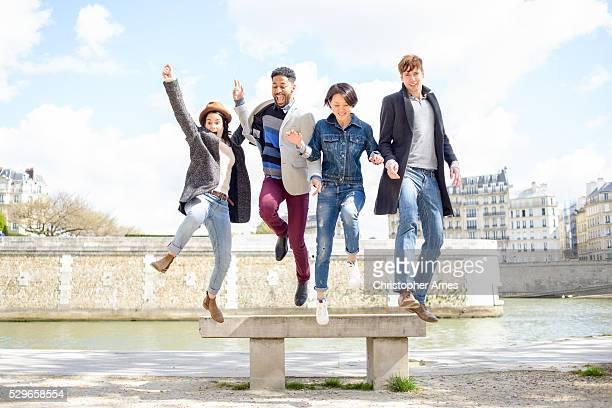 Multi-kulturelle Freunden in Paris, Frankreich