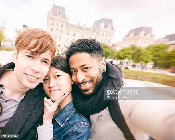 Multi-culturel amis Selfie à Paris, en France