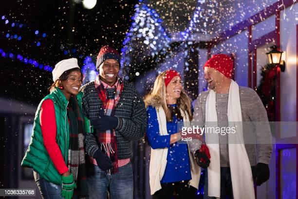 多民族大人の冬の祭りを楽しむ