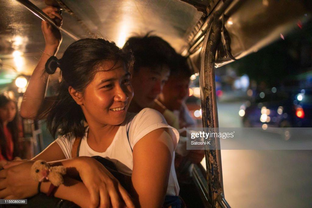Amigos asiáticos multi-étnicos que montam o jeepney em Manila na noite : Foto de stock