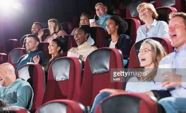 multi-ethnischen publikum in einem filmtheater, lachen - film  oder fernsehvorführung stock-fotos und bilder