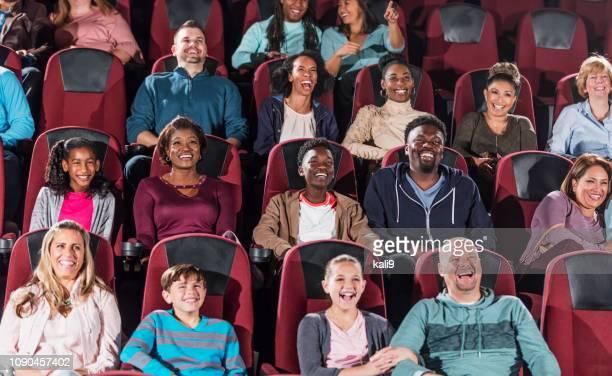 auditoire multiethnique de film dans le théâtre - spectacles photos et images de collection