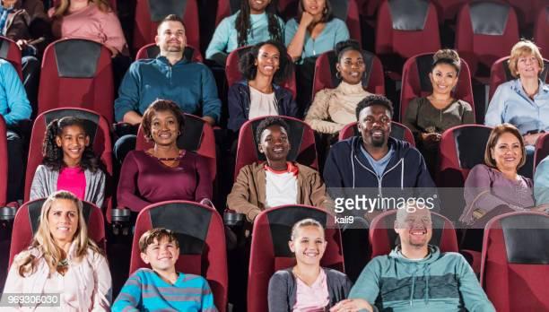 multi-ethnischen publikum film im theater - film  oder fernsehvorführung stock-fotos und bilder