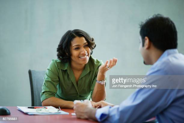 multi-ethnic business people meeting in office - expliquer photos et images de collection