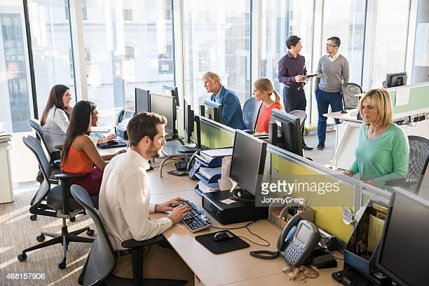 多民族のビジネスオフィスで一緒に働く人々