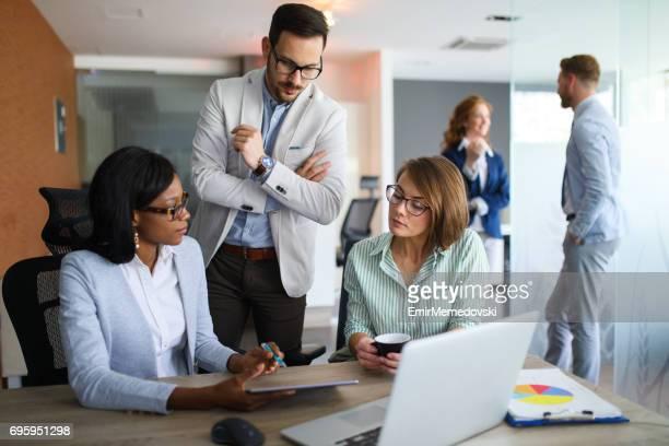 Equipo de negocios multiétnica estudiando estadística informe uso de tableta digital